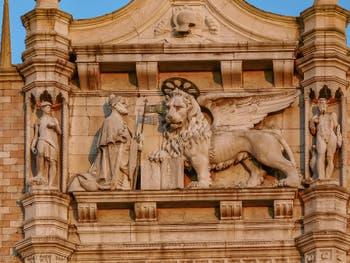 Balcon d'Antonio Abbondi Scarpagnino avec le Doge Andrea Gritti devant le Lion de Saint-Marc, sur la façade de la Piazzetta San Marco à Venise