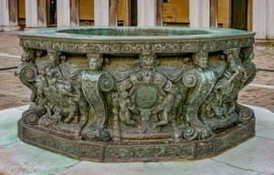 Puits en Bronze de Niccolo de Conti et Alfonso Alberghetti dans la cour du Palais des Doges à Venise