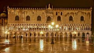 Le Palais des Doges de Venise pendant l'Acqua Alta sur la Piazzetta San Marco