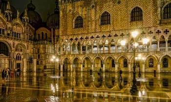 Le Palais des Doges et la Basilique Saint-Marc pendant l'Acqua Alta à Venise
