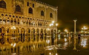 Le Palais des Doges pendant l'Acqua Alta sur la Piazzetta San Marco à Venise