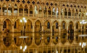 Le Palais des Doges de nuit pendant l'Acqua Altà à Venise