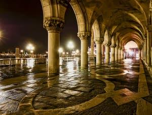 Les colonnes du Palais des Doges du côté du Bassin de Saint-Marc à Venise