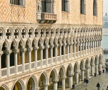 Les colonnes du Palais des Doges sur la Piazzetta San Marco à Venise