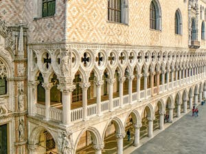 Les trèfles de la façade du Palais des Doges à Venise sur la Piazzetta San Marco