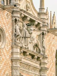 Le Doge Andrea Gritti et le lion de Saint-Marc sur la façade du Palais des Doges sur la Piazzetta San Marco à Venise