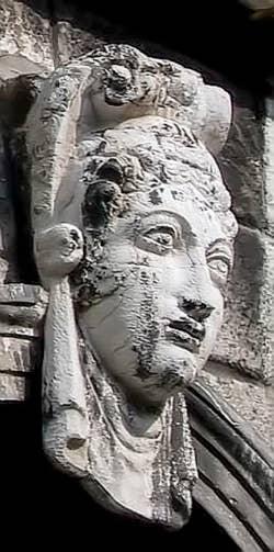 Sculpture d'une fenêtre serlienne du palais Pisani à Venise
