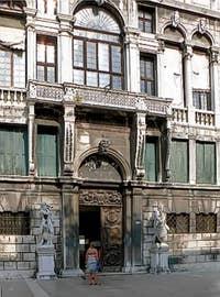 Le Palais Pisani à Venise depuis le Campo Santo Stefano