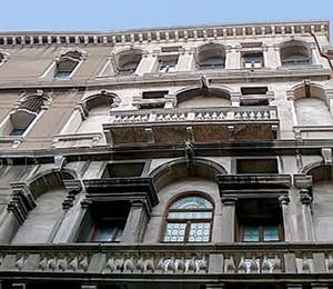 Une des façades du Palais Pisani donnant sur le rio del Santissimo à Venise