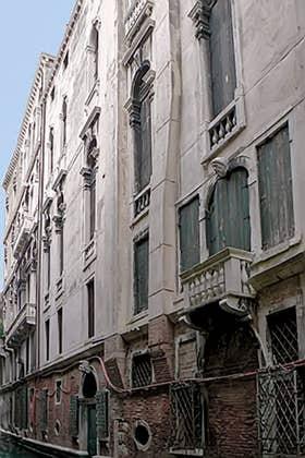 Une des façades du Palais Pisani sur le rio del Santissimo à Venise