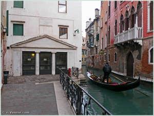 Le palais Bragadin Carabba sur le rio de San Lio, dans le sestier du Castello à Venise, à gauche, le théâtre Malibran, construit à l'emplacement des maisons de la famille Marco Polo