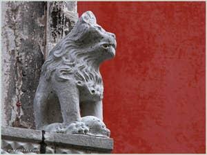 Détail du lion assis sur la droite du balcon du Palazzo Bragadin Carabba à Venise