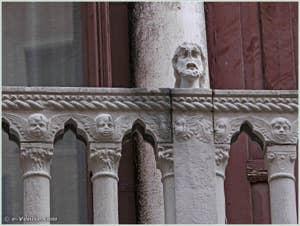 Tête située sur la partie droite du balcon du palais Bragadin Carabba à Venise