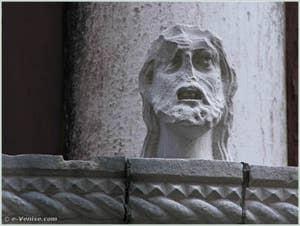 Détail de la tête située sur la partie droite du balcon du palais Bragadin Carabba à Venise