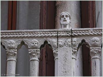 Tête située au centre du balcon du palais Bragadin Carabba à Venise