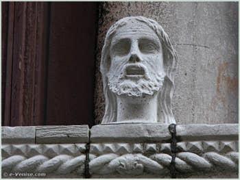 L'une des têtes du balcon du Palais Bragadin Carabba à Venise