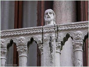 Tête située sur la partie gauche du balcon du palais Bragadin Carabba à Venise