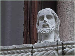Détail de la tête située sur la partie gauche du balcon du palais Bragadin Carabba à Venise