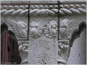 Détail des amours du balcon du palais Bragadin Carabba à Venise