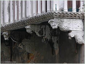 Consoles à têtes de lion du balcon du palais Bragadin Carabba à Venise