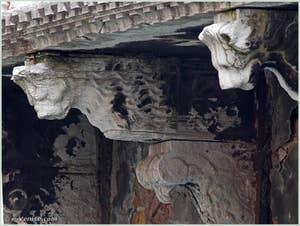 Détail des consoles à têtes de lion du balcon du palais Bragadin Carabba à Venise