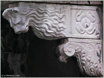 Console à tête de lion située sur la partie droite du balcon du palais Bragadin Carabba à Venise
