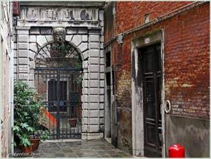 L'entrée du Palais Bragadin Carabba du côté du Campo Santa Marina, au fond du ramo Bragadin, dans le sestier du Castello à Venise