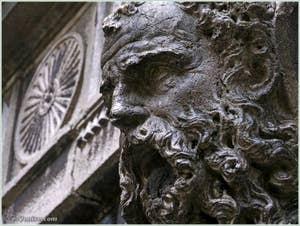 Magnifique tête de barbu au-dessus de l'entrée du Palais Bragadin Carabba du côté du Campo Santa Marina, au fond du ramo Bragadin, dans le sestier du Castello à Venise