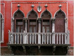 Le balcon du Palazzo Bragadin Carabba à Venise sur le rio de San Lio