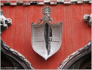 Le blason de la famille Bragadin, représenté par une croix, en pierre d'Istrie et daté du XVe siècle, sur la façade du Palais Bragadin Carabba, dans le sestier du Castello à Venise