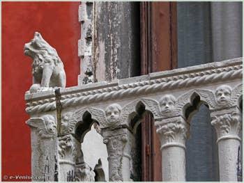 L'un des deux lions assis du balcon du Palazzo Bragadin Carabba à Venise, sur la façade sur le rio de San Lio