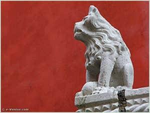 Détail du lion assis gauche du balcon du Palazzo Bragadin Carabba à Venise