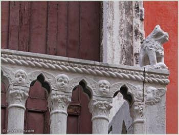 Lion assis sur la droite du balcon du Palazzo Bragadin Carabba à Venise, façade donnant sur le rio de San Lio