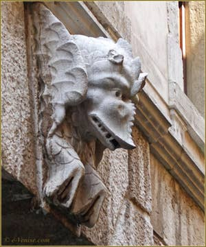 Sculpture sur la façade arrière du Palais Morosini à Venise, Rio del Santissimo