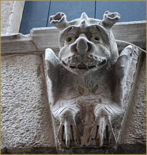 Sculpture au-dessus de la porte d'eau du palazzo Morosini à Venise