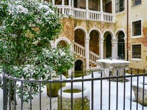 Le Palais Contarini del Bovolo sous la neige à Venise en Italie