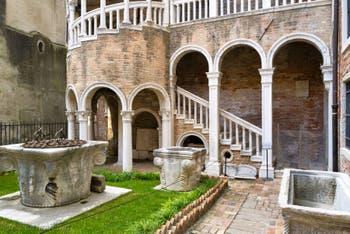 Les puits de la cour du Palazzo Contarini del Bovolo à Venise en Italie
