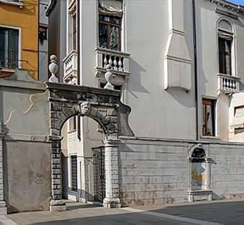Entrée du Palais Morosini sur le Campo Pisani à Venise