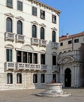 Le Palazzo Morosini sur le Campo Santo Stefano