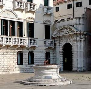 L'entrée du Palais et le puits sur le Campo Santo Stefano à Venise