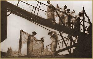 Comédienne en train de déployer son voile en soie imprimée de Mariano Fortuny dans la coupole du théâtre de la Comtesse du Bearn, équipée de l'éclairage à lumière indirecte. 29 mars 1906