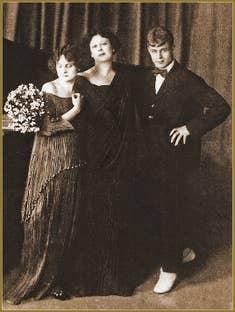 "Irma Duncan en robe ""Delphos"", Isadora Duncan et Serguei Lessemine"