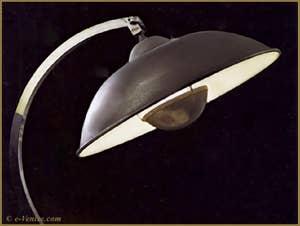 Lampe de table en métal avec socle de bois, créée par Mariano Fortuny en 1929