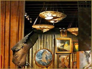 Lampes de soie et tableaux Mariano Fortuny
