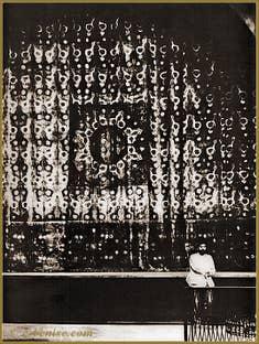 Mariano Fortuny devant le rideau de scène du théâtre de la Comtesse du Béarn à Paris en 1906