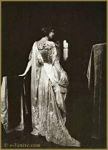 """Robe """"Delphos"""" Mariano Fortuny, plissée et ondulée, drapée dans un châle en voile de soie"""