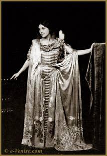 """La robe """"Delphos"""" plissée ondulée, drapée avec un voile de soie imprimée"""