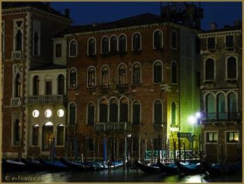 Au début du XXe siècle, le Palazzo Martinengo avait une grande verrière et un terrasse au 3ème étage, aujourd'hui disparues