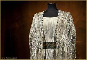 "Robe Mariano Fortuny ""Delphos"" avec surveste de soie décorée de fibules en verre de Murano"