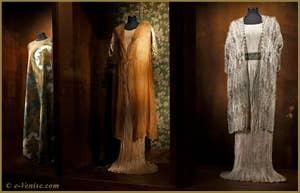 "Robes Mariano Fortuny ""Delphos"" avec survestes assorties"